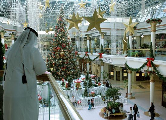 زينة الكريسمس في أحد مراكز التسوق في دبي