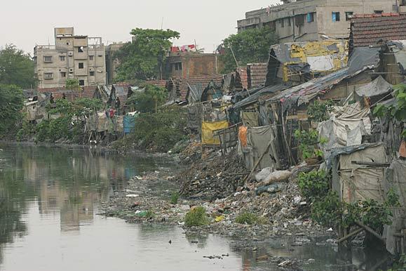 فقراء الهند في انتظار تحويل المتطوعات الإمارات لهذه البيوت إلى مساكن لائقة